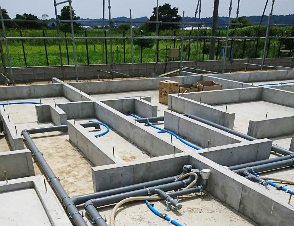 床下の先行配管_一宮長屋新築工事 土台、大引搬入、敷込み_170828_0015ac